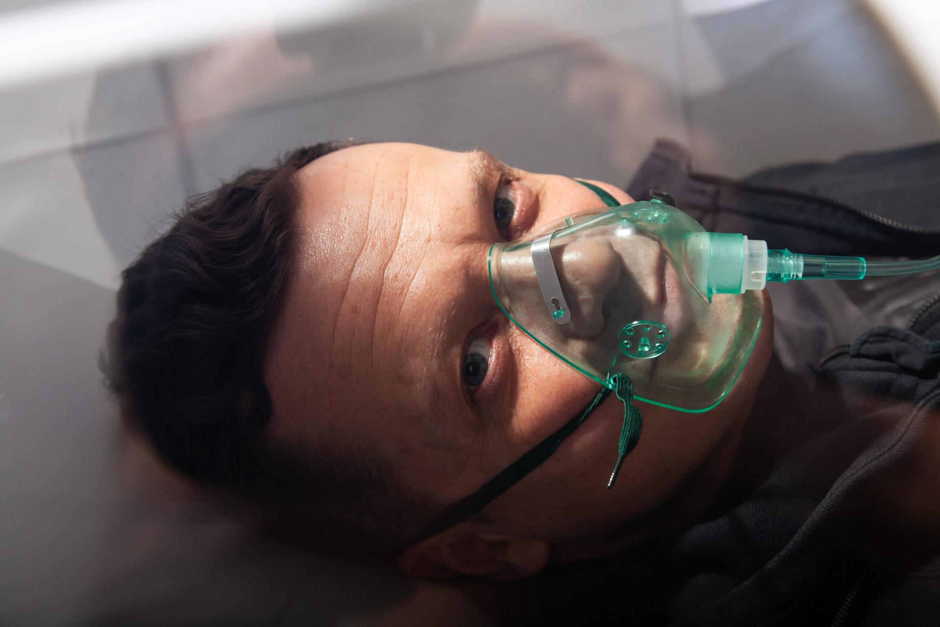 Tlenoterapia Katowice - komora hiperbaryczna Omnioxy Duo - pacjent
